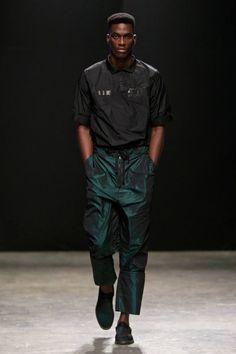 Vistiendo colores llamativos de los pies a la cabeza, Maxivive presenta su colección Fall/Winter 2016 en la semana de la moda de Sudáf...