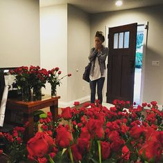 Over 1,000 roses covering the inside of the house to surprise Allie. She was surprised.