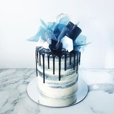 Pear cake with chocolate sauce - HQ Recipes Blue Birthday Cakes, Beautiful Birthday Cakes, Cupcakes, Cupcake Cakes, Blue Drip Cake, Brushstroke Cake, Cake Design For Men, Blue Cakes, Birthday Cake Decorating