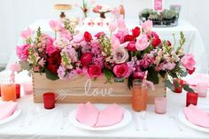 How to Throw a Galentine's Brunch for Valentine's Day Best Picture For valentine day flowers For You Valentine Day Table Decorations, Fun Valentines Day Ideas, Valentines Flowers, Valentines Day Weddings, My Funny Valentine, Decoration Table, Valentines Diy, Saint Valentine, Valentinstag Party