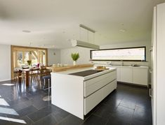 Top 5 Inexpensive kitchen Room ideas In this house in South Devon England the power of minimalism is quietly demonstrated. Concentrating on the essentials. Dining Area, Kitchen Dining, Kitchen Decor, Open Plan Kitchen, Country Kitchen, Kitchen White, Exeter, Bulthaup B1, South Devon