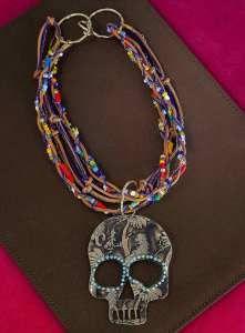 Skull necklace. Collar calavera, de chaquira africana, con turquesas y fotograbado. $2,570.