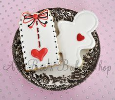 Loving the elegant white gingerbread man with his happy red heart for Valentine's Day!