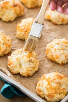 EASY recipe for Garlic Cheese Drop Biscuits. Ready in under 25 minutes, no mixer, no rolling pin, no biscuit cutters required! An easy biscuit recipe, a great side dish for any dinner! Garlic Cheese Biscuits, Buttermilk Drop Biscuits, Easy Drop Biscuits, Cheese Buns, Easy Cheese, Biscuits And Gravy, Homemade Bagels, Homemade Dinner Rolls, Homemade Biscuits