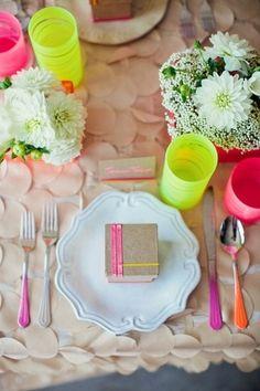 Ideas y Decoración Vasos, Centros de Mesa en Boda Neón - Vasos, centros de mesa y cubiertos se mimetizan con la temática de la #boda