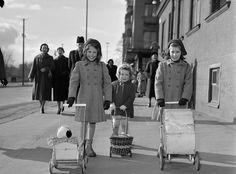 Tre flickor med dockvagnar promenerar, 16 mars 1952. Fotograf: John Kjellström
