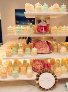Simple yet beautiful cupcake display using glass vases and boards - so easy to…