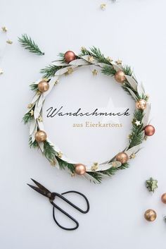 19 Minimalist Christmas Decorations to DIY This Weekend 19 Minimalist Christmas Decorations to DIY This Weekend Christmas Mood, Noel Christmas, Modern Christmas, Simple Christmas, Christmas Ideas, Navidad Simple, Navidad Diy, Holiday Wreaths, Holiday Crafts
