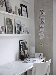 shelves above desk for home office Interior Design Blogs, Estilo Interior, Home Interior, Office Inspiration, Interior Inspiration, Office Ideas, Desk Ideas, Office Decor, Parisian Bedroom