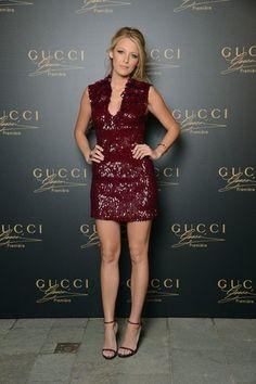 Blake Lively, com modelo de paetês burgundy da Gucci.