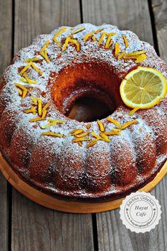 Limonlu Kek Nasıl Yapılır ,Resimli Limonlu Kek Yapımı Çikolatalı keklerden sonra en sevdiğim keklerden biri de limonlu kek. Nasıl mis kokulu, nasıl yumuşacık ve nasıl lezzetli, nefis bir kek anlatamam. Ben içine biraz da haşhaş ilave ettim ve daha da lezzetli bir kek oldu, limon ve haşhaşın uyumu zaten müthiş ama kullanmasanız da olur. İçindekiRead More