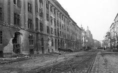 Üllői út a Ferenc körút felé nézve, balra a Kilián laktanya, előtte Maléter Pál T-34/85 harckocsija. T 34 85, Budapest, Bali