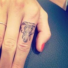 42 Pequeñitos tatuajes en el dedo que toda chica querrá tener