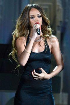 """Rihanna realmente engalanó la noche de la quincuagésimo quinta presentación de los premios Grammy hoy. Ella cantó """"I want you to stay""""- """"Quiero que te quedes"""". Ella llevó un vestido largo azul noche que contrastó muy bien con sus labios y uñas rojas. Su micrófono con un delicado acabado en dorado brilló con su magnifica voz."""