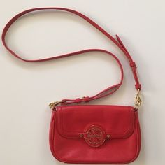 """Tory Burch Amanda Crossbody in red leather EUC, like new. Interior 3 card slots, detachable adjustable strap, 21"""" drop. Approx. measures 6"""" H x 8.5"""" W x 1"""" D Tory Burch Bags Crossbody Bags"""