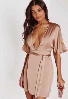 Holy frock girl, this one is killer. Ensure all eyes are on you this weekend in this totally beaut satin nude midi dress. The kimono style look is seriously figure flattering and will be sure to turn those heads at the after party. With spl. Moda Kimono, Kimono Fashion, Fashion Outfits, Outfits Plus Size, Kimono Dress, Kimono Style, Silk Dress, Wrap Dress Floral, Going Out Dresses