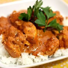 Food and Drink: A Chicken Tikka Masala is a must for any British curry fan that owns a slow cooker! Set this recipe going in the morning, and come home to an amazing full flavoured curry. Chicken Tikka Masala, Poulet Tikka Masala, Pollo Tikka, Tandoori Masala, Slow Cooker Tikka Masala, Indian Chicken, Garam Masala, Crock Pot Recipes, Slow Cooking