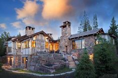 This gorgeous rustic mountain retreat has been designed by KA Architecture in collaboration with Haven Interior Design, located in Big Sky, Montana. This exquisite mountain dwelling was built by Hi… Montana Ranch, Colorado Ranch, Kiawah Island Beach, Cabin In The Woods, Boho Home, Modern Farmhouse Bathroom, Timber House, Mountain Homes, Architectural Features