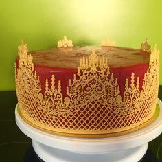 Orientalische Torte (Schoko-Kardamon Böden, Pistaziencreme mit Pistaziencrunch und Erdbeeren mit Pfeffer) Tray, Cake, Desserts, Food, Decor, Strawberries, Pepper, Homemade, Pies