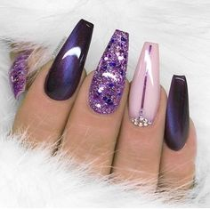 Manucure tendance hiver et printemps Vernis à ongle violet et nude, paillettes rose et nail art diamants. Manicure tendencia invierno y primavera Esmalte de uñas púrpura y nude, brillo rosa y diamantes de arte de uñas. Purple Nail Designs, Nail Art Designs, Pedicure Designs, Nails Design, Beauty Nail, Black Nail Art, Black And Purple Nails, Purple Glitter Nails, Glitter Nikes