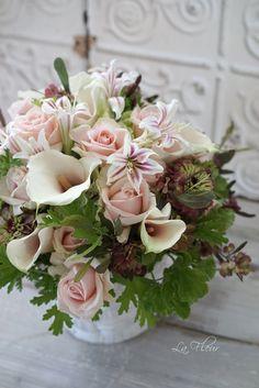 先日の結婚式のブーケを作った時に一緒にオーダーを受けたお花たち ゲストのお部屋に飾るコンポジション 小さなアマリリスが... Bridal Flowers, Love Flowers, Fresh Flowers, Dried Flowers, Beautiful Flowers, Floral Bouquets, Wedding Bouquets, Floral Artwork, Artificial Flowers