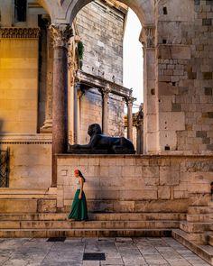 """〽️arianela 🇦🇷  Content Creator on Instagram: """"#Split ¿Una esfinge en Split 😱? Sí, la trajo desde #Egipto por el emperador romano Diocleciano. Esta esfinge es de basalto negro y data del…"""" Instagram, Roman Emperor, Sphynx, Croatia, Egypt, Romans, Black"""