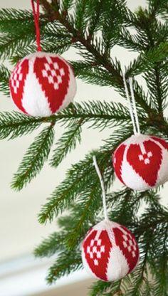 Strik julekugler   Hjemmelavet jule-håndarbejde og jule-pynt med Familie Journal