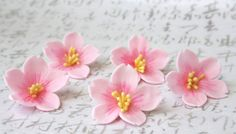 Sugar sakura cherry blossoms, use a 5 petal cutter and then use the corner of a triangle cutter to cut out the tips