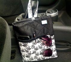 Lixinho para carro confeccionado com tecido nacional e quilt reto. Possui um bolso externo com divisões, ideal pra colocar os óculos de soL, celular, canetas, etc. Super útil e um charme a mais para o seu carro.