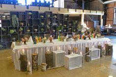 rustykalne dekoracje z drewnianych skrzynek na wesele, stół weselny