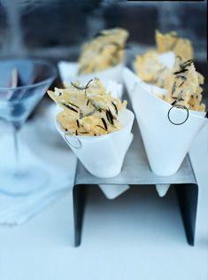easy parmesan and rosemary crisps. La présentation est aussi jolie que les tuiles ont l'air délicieuses.