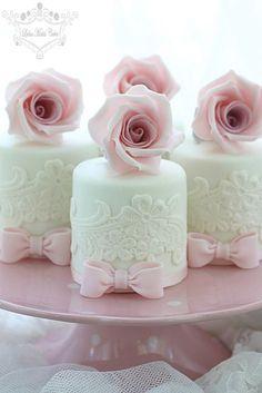 Hochzeit Mini-Kuchen mit Zuckerblumen - Wedding Cakes and beyond - Cake Toppers! Gorgeous Cakes, Pretty Cakes, Cute Cakes, Amazing Cakes, Fancy Cakes, Mini Cakes, Cupcake Cakes, Mini Wedding Cakes, Wedding Cupcakes