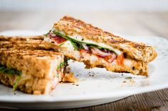 Whole wheat bread slices sandwich juicy tomatoes, fresh basil, mozzarella cheese slices, and olive oil in this Italian-inspired panini. Vegetarian Sandwich Recipes, Panini Recipes, Meatless Recipes, Vegetarian Dinners, Lunch Recipes, Plats Weight Watchers, Weight Watchers Meal Plans, Truffle Sauce, Ideas Sándwich