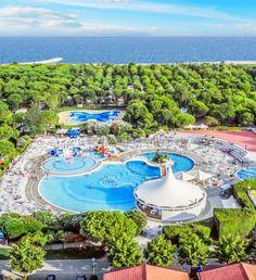 Itálie, Lido di Cavallino, kemp Sant Agelo Village. Letní dovolená, pobyt u moře, ubytování v kempu, mobilhomy a maxikaravany. Písečná pláž, akvapark s bazény, sportovní hřiště a tenisové kurty, restaurace, minimarket, wifi. Doporučujeme pro rodiny s dětmi!