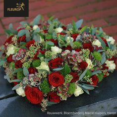 Rouwwerk in de vorm van een hart. Met rode en crème-kleurige rozen. Gemaakt door Bloembinderij Marcel Kuipers uit Haren