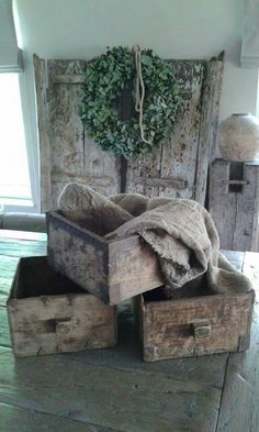 Het Binnenleven Shabby Chic Style, Rustic Style, Modern Rustic, Rustic Decor, Wood Crates, Wooden Boxes, Wabi Sabi, Old Baskets, Deco Nature
