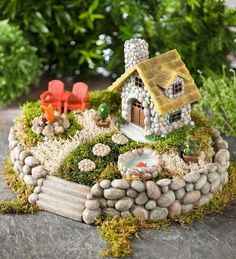 Many other ideas on DIY crafts, DIY fairy garden ideas are very popular nowadays.DIY fairy garden ideas are very enjoyable and interesting. Garden Crafts, Garden Projects, Garden Art, Diy Projects, Garden Theme, Glass Garden, Pallet Projects, Mini Fairy Garden, Fairy Garden Houses