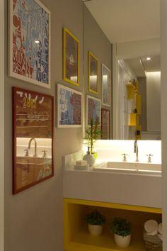 Para o lavabo ficar mais descontraído, as arquitetas Daniella e Priscilla de Barros colocaram os tons de amarelo em vários objetos de decoração. Os quadros coloridos com estampas modernas trazem um aspecto ainda mais alegre ao ambiente.