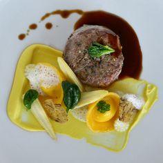 Kulinarik im HELD Steak, Hold On, Table, Food, Naruto Sad, Essen, Steaks, Tables, Meals