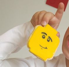 Ein Lego-Geburtstag ist ein toller Mottogeburtstag für den nächsten Kindergeburtstag! Mit Lego-Kuchen, Lego-Keksen, Legoschrift und essbaren Legomännchen!