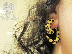 Falso alargador espiral caracol, com espessura de brinco comum! Ideal para quem gosta do visual mas não pode ou não quer alargar a orelha, diversas cores e modelos. http://www.gaiabodyart.com.br/alargador-falso