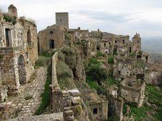 """Uma aldeia medieval abandonada localizada a cerca de 40 quilômetros do interior do Golfo de Taranto, no peito do pé da """"bota"""" da Itália. Ela foi abandonada em 1963 devido a terremotos recorrentes."""
