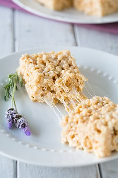 Lavender-Vanilla Bean Rice Krispie Treats Simple meets sophisticated in these delicious and easy treats! Rice Crispy Treats, Krispie Treats, Rice Krispies, Just Desserts, Delicious Desserts, Dessert Recipes, Yummy Food, Rice Recipes, Hamburgers