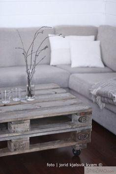the colour of the table - går att få till genom behandling med järnvitriol (och sen ett lager olja eller vax).