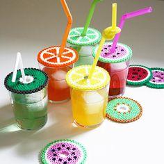 DIY Maak Fruitige Deksels van strijkkralen (Hama perler beads) om de beestjes uit je (zoete) drinken te weren. En het staat nog leuk ook!