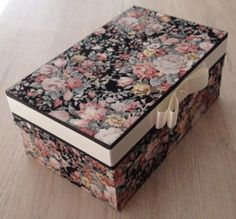 Caixa em MDF forrada com tecido 100% algodão. Detalhes em fita de gorgurão e cetim. R$ 55,00