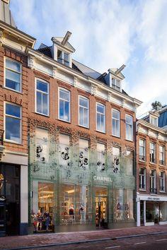 Tijolos de vidro cobrem fachada da nova loja da Chanel (Foto: Daria Scagliola e Stijn Brakkee/)