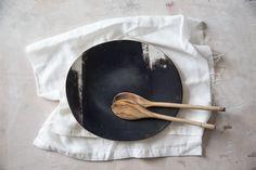 """Lior Shachar a appelé son atelier """"1220"""" en référence à la température du four nécessaire à la cuisson de l'argile dont elle se sert pour ses céramiques."""
