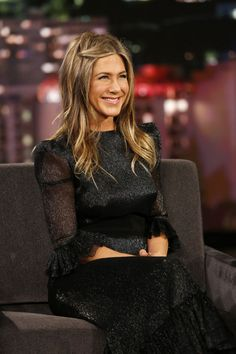 Air-Dry Hair Products: Jennifer Aniston with wavy hair on talk show Jennifer Aniston Images, Jennifer Aniston Friends, Jennifer Aniston Style, Jenifer Aniston, Rachel Green Style, Jimmy Kimmel Live, Air Dry Hair, Instyle Magazine, Celebs