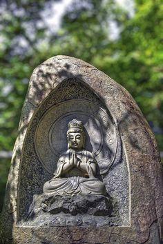 """""""Geode karmique""""  Bouddha sculpture près de l'entrée au Temple de Myohoshoji à Mamenbara, préfecture de Chiba."""